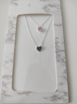 Dvojitý řetízek s přívěškem srdce a růžovým kamínkem v dárkovém obalu